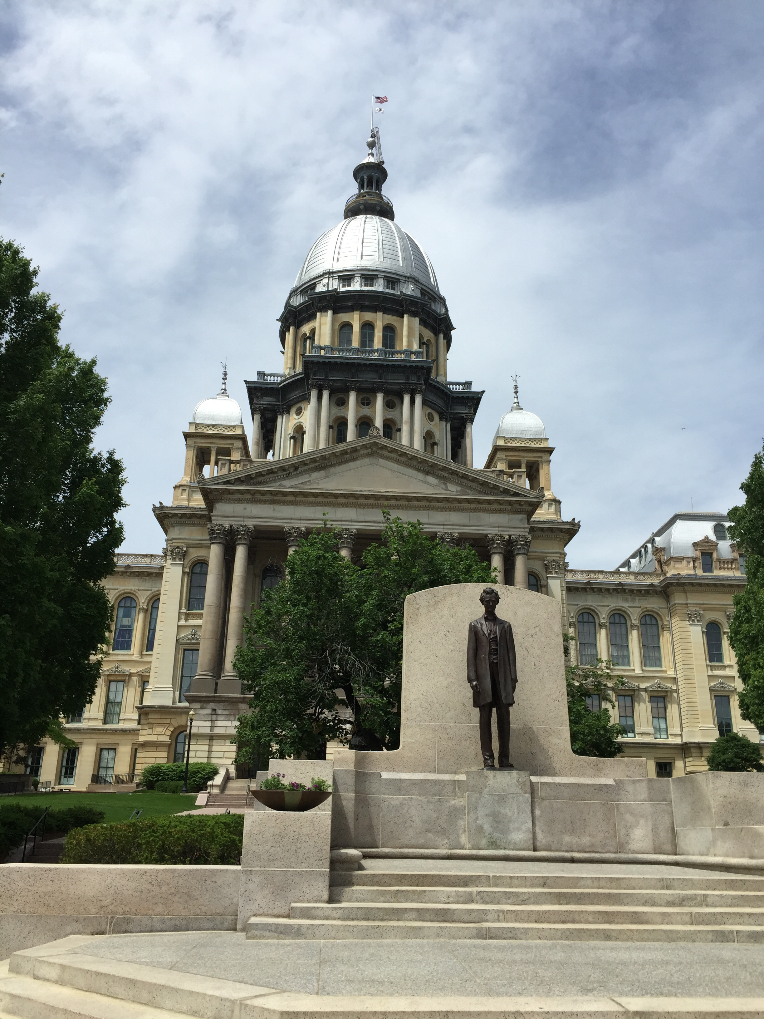 Capitol building in background, statue of Abraham Lincoln in foreground