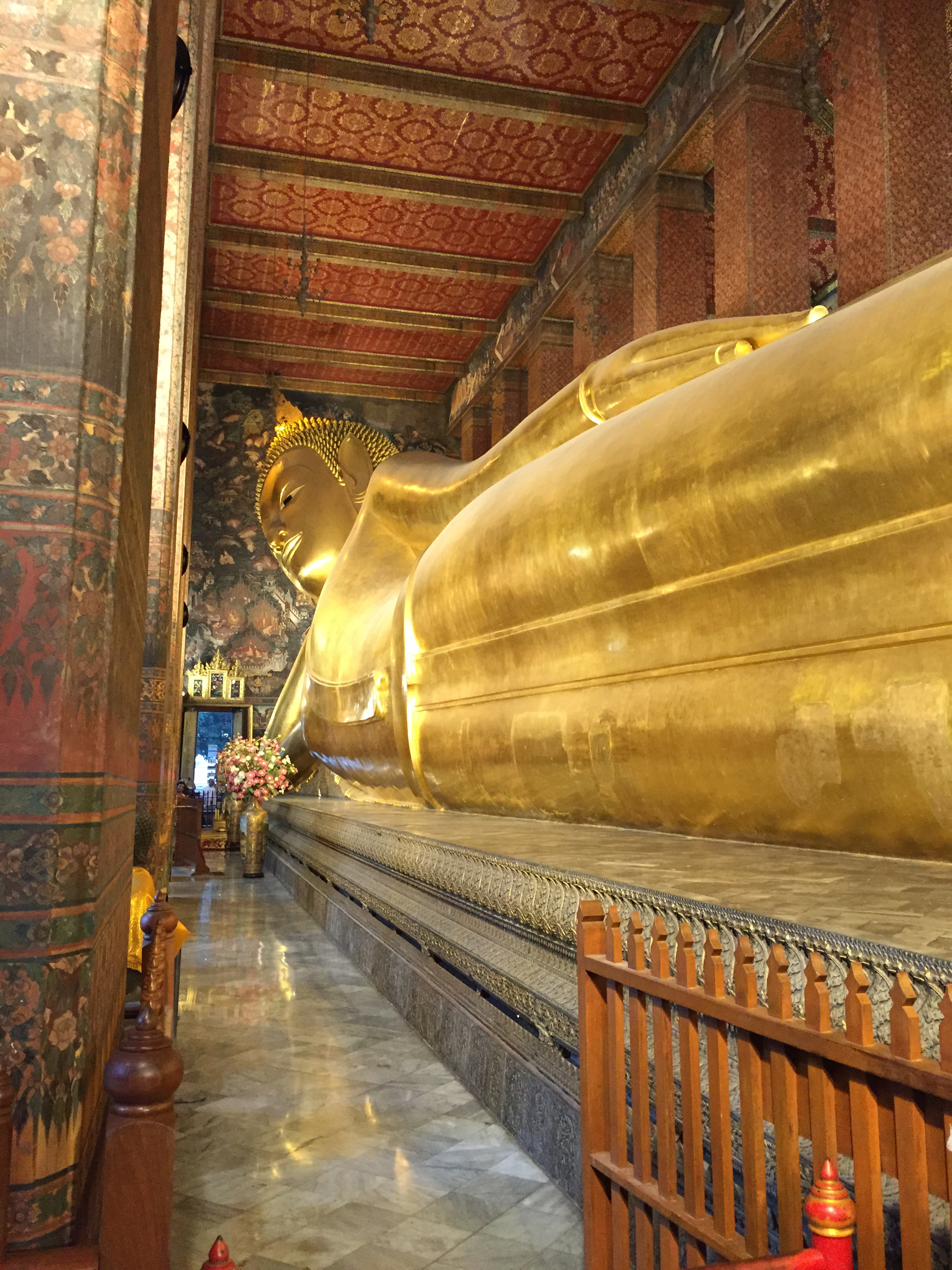 Large gold Buddha reclining on its right side.